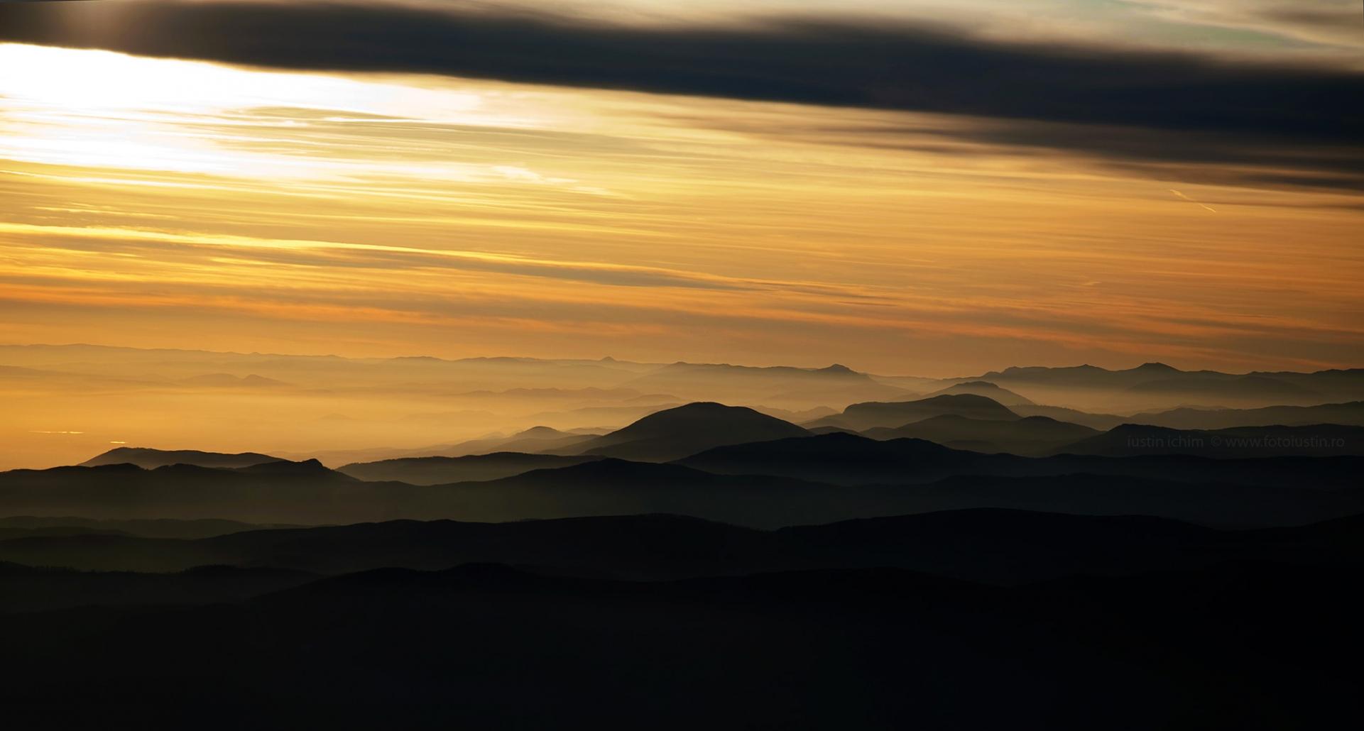 Peisaj montan in lumină de apus