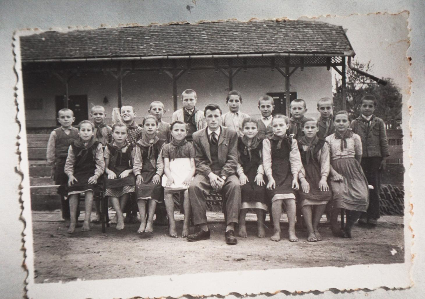 Invățatorul și elevii la școală din trecut